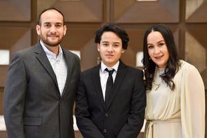 12042021 Leonel Rodríguez de Los Santos con sus papás, Leonel y Sarah.