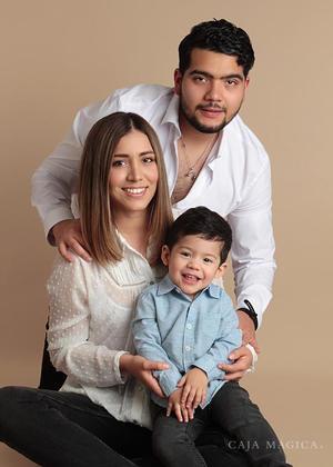 11042021 Adriana Quiroz Treviño y Javier Rodríguez Castruita, en una sesión fotográfica con  su hijo.