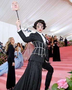 13042021 ICÓNICO.   Las excéntricas caracterizaaciones de Ezra Milller lo han llevado a volverse un destacado fashion icon.