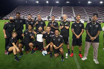 Estrellas latinas brillan como futbolistas en estadio de Inter Miami