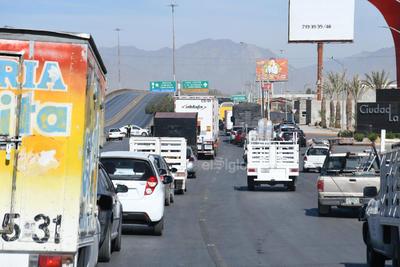 Fue alrededor de las 8:50 horas de este viernes que un grupo de aproximadamente 50 trabajadores de las distintas áreas, se plantearon en el bulevar frente a la ExpoFeria en el cuerpo que dirige a Lerdo.