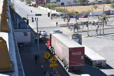 Traileros, repartidores y conductores en general no dejaban de sonar sus claxon para exigir el paso.