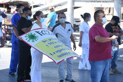 El momento se tornó peligroso para los trabajadores ante el malestar de los automovilistas que a toda costa querían pasar, sobre todo aquellos con dirección a Torreón.