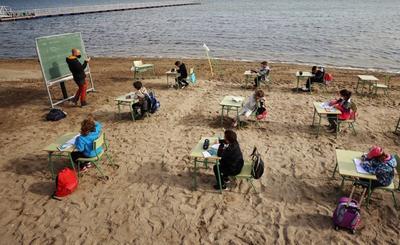Entre la arena y mientras contemplan las olas, niños de entre 3 y 12 años de edad en la comunidad de Los Nietos, Murcia, han retomado sus clases desde la orilla de la playa manteniendo las medidas básicas de prevención contra posibles contagios por COVID-19.