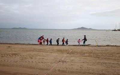 Niños en España toman clases presenciales frente al mar