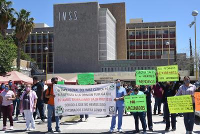 Siguen protestas en Torreón de trabajadores de la salud; exigen vacuna antiCOVID