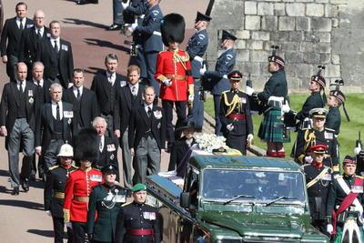 El coche fúnebre, un vehículo híbrido customizado por el mismo duque, llegó al templo flanqueado por representantes de diferentes regimientos militares y seguido por sus cuatro hijos en primera línea, tras una procesión de unos 15 minutos desde el castillo, antes de comenzar la ceremonia, con solo 30 invitados