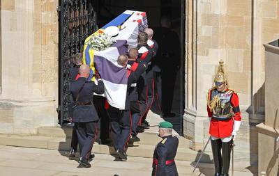 A las puertas de la capilla, el deán de Windsor y el arzobispo de Canterbury recibieron al féretro, que fue instalado sobre el catafalco mientras los asistentes, cubiertos todos con mascarillas, se dirigían a sus sitios asignados para mantener la distancia social.