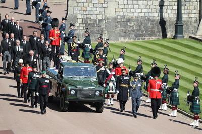 La ruta del cortejo fúnebre estuvo delimitada por personal de la Fuerza Naval, los Marines reales, de los Highlanders, el Cuarto Batallón del Real Regimiento de Escocia, y las Fuerzas Aéreas (RAF) y se escucharon salvas de cañón a cargo de la Artillería montada a caballo de las Tropas del Rey y sonido de campana.