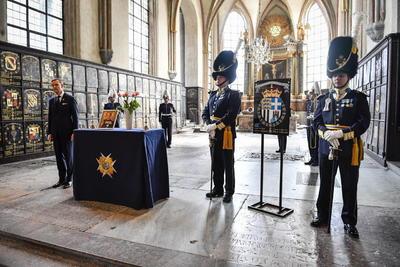 A la llegada del cortejo a la capilla de San Jorge, el vehículo fúnebre fue recibido por un guarda de honor y una banda militar del llamado Regimiento de los Rifles, que interpretó el himno nacional.