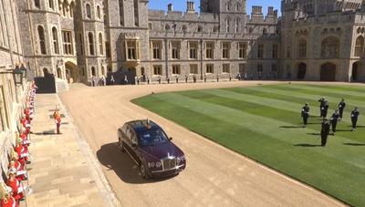 La soberana británica se desplazó en su propio automóvil, un Bentley, junto con una dama de compañía, hacia el templo de estilo gótico, en el que solo estuvieron 30 invitados debido a la pandemia aunque el acto es difundido en directo por televisión.