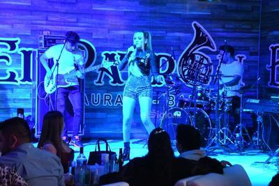Carolina Ross conquista a laguneros al ofrecer concierto