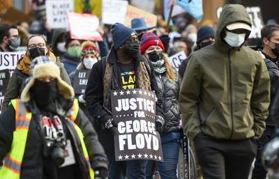Se manifiestan por un veredicto 'duro' contra expolicía acusado de matar a George Floyd