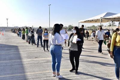 Fue poco después de las 07:00 de este martes que comenzaron a formarse las primeras filas de camiones en los estacionamientos del Coliseo Centenario y de la Universidad Tecnológica de Torreón (UTT), en el primer caso se trasladaron a los docentes hasta el Centro de Convenciones de Torreón y en el segundo punto se les llevó hasta el Campo Militar de La Joya.