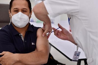 Inició oficialmente hoy el proceso de vacunación contra el COVID-19 entre integrantes del sector educativo en Coahuila, en la ciudad de Torreón se instalaron dos puntos de aplicación de dosis que comenzaron a operar minutos antes de las 08:00 horas.