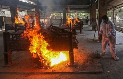 Creman cuerpos de víctimas COVID-19 al aire libre en la India