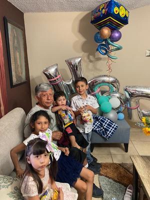 23042021 Cumpleaños del señor Javier junto a sus nietos.
