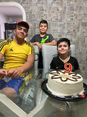 24042021 El niño Gael Arias Machado, celebrando su cumpleaños número 9 con su familia y primos Raúl y Matías.