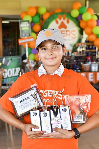 GANADORES. Regina celebra con los Tigers su triunfo en torneo de golf en el Campestre Torreón.