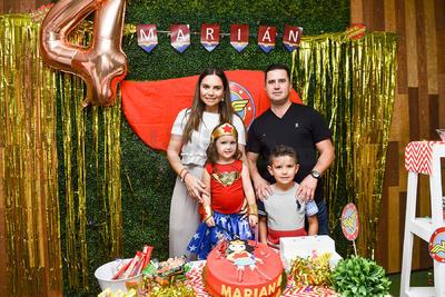 Piñata de Marian de la Torre Martínez celebrando sus cuatro años. La acompañan sus padres, Rodrigo de la Torre y Ale Martínez, junto a su hermano Rodrigo de la Torre Martínez.