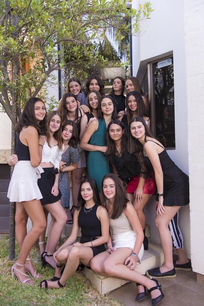 Marthita Fahur Avalos celebrando sus quince años junto a sus amigas.