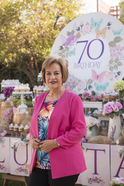 Señora Lupita Leal de Gutiérrez celebrando su cumpleaños número 70.