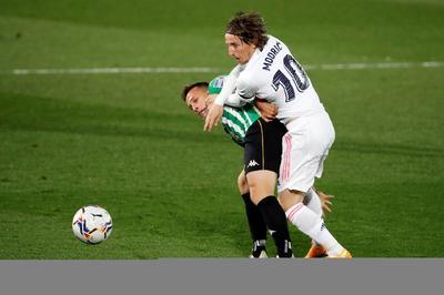 Andrés Guardado sostiene al Betis en empate ante Real Madrid