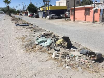 Escombro. Otro ejemplo es una banqueta ubicada en la calzada Unidad Obrera, en la colonia Fidel Velázquez de Torreón. La vía está repleta de basura, escombro y llantas.