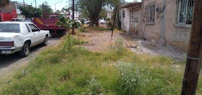 Abandono. En la calle Falcón y avenida Cinco de Mayo, en la colonia Moderna de Torreón, la banqueta resulta intransitable ya que está sucia, llena de basura y de hierba crecida.