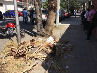Mal estado. La banqueta de la calle Zaragoza, entre Morelos y Matamoros, además de estar en mal estado y llena de irregularidades, está repleta de basura, lo que impide a los peatones transitar con tranquilidad.