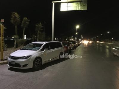 Forman filas en Coliseo de Torreón a horas de aplicación de segundas dosis contra COVID