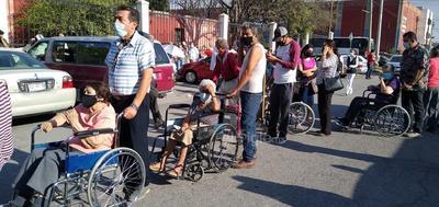El desorden se generó minutos después de las 9 de la mañana al exterior de las células de vacunación ubicadas en la Facultad de Derecho y en el antiguo edificio de la Facultad de Ciencias Políticas y Sociales de la Universidad Autónoma de Coahuila (UAdeC).