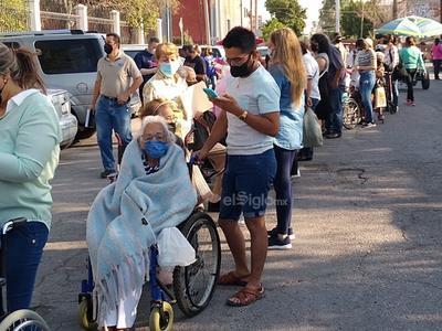 Muchas personas llegaron con bancos, sillas y botes para tomar asiento así como también con sombrillas.