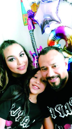 02052021 Celebrando en familia el día del niño, Layla en compañía de sus papás, Karla y Enríque.