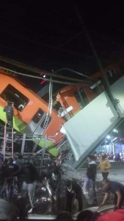 La estructura sobre la que circulaba el metro de la línea 12 se derrumbó y dos de los vagones se desplomaron a una avenida repleta de vehículos a las 22:20 hora local (03:20 GMT del martes).