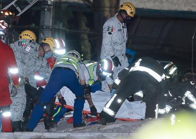 Las primeras imágenes de vídeo muestran cómo dos vagones del metro cayeron sobre la avenida en la que en esos momentos circulaban decenas de vehículos.