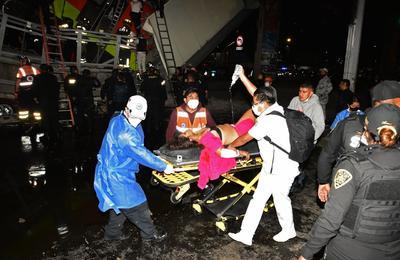 Al lugar llegaron de inmediato los servicios de emergencia para atender a las víctimas y para remover el tren desplomado.