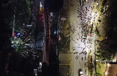 En un vídeo de las cámaras del sistema de vigilancia del Gobierno de la Ciudad de México se observa cómo la estructura elevada se rompe al paso del tren que se desploma, desde una altura de unos 20 metros, y dos vagones del convoy quedan en 'V' e impactados contra el suelo.