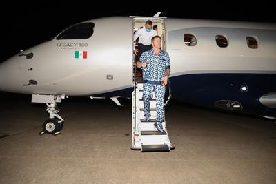 En un avión privado y ataviado con otra de sus características pijamas, el Canelo llegó al sitio donde defenderá los cinturones supermedianos del Consejo Mundial de Boxeo (CMB) y la Asociación Mundial (AMB), además de que buscará el de la Organización Mundial (OMB), en poder de Saunders.