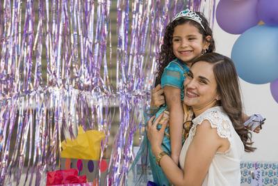 PIÑATA. Fernanda Rodríguez de la Torre con su mamá, festejando su quinto cumpleaños