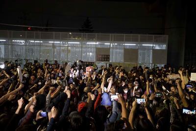 Toman las calles en CDMX por colapso del Metro que ha dejado 26 muertos