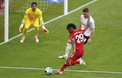 El Bayern se había coronado campeón antes de comenzar el partido, gracias a la derrota del RB Leipzig por 3-2 ante el Borussia Dortmund pero eso no llevó a que el Bayern redujera intensidad.