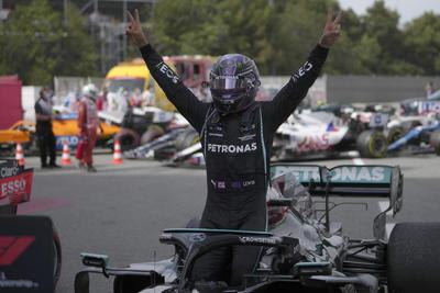 Gana Hamilton el Gran Premio de España; 'Checo' Pérez finaliza en quinto lugar