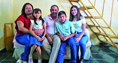 Familia Álvarez Cabello festejando el Día del Niño de Alejandra, Mariangel y Diego.