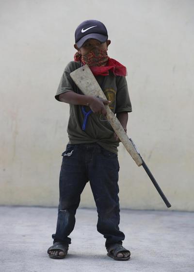 El ambiente es festivo en esta comunidad de casas de adobe y unos 2,000 habitantes, 600 de ellos niños, custodiada en sus entradas por su propia policía. Las únicas armas visibles son rudimentarias escopetas.