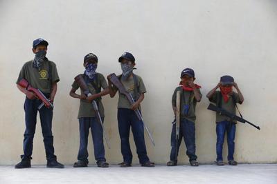 La impactante imagen es un grito desesperado desde una zona que acumula una larga historia de violencia, asedios y abandono: si el gobierno no nos ayuda, nos defenderemos, incluso armando a los niños.