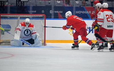 El jefe del Kremlin, que aprendió a patinar de adulto (2011), acabó marcando nueve de los 13 tantos de su equipo, las Leyendas del hockey, que derrotó con claridad a su rival (13-9).