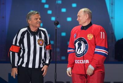 Con el número 11 a la espalda, Putin participa desde hace años en partidos benéficos acompañado de otros altos funcionarios y viejas glorias del deporte más popular de este país en tiempos soviéticos.