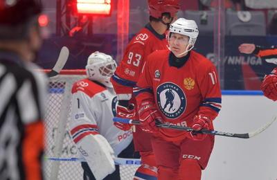 Vladímir Putin marca nueve tantos en partido de hockey
