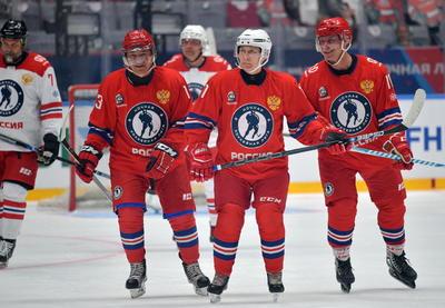El presidente ruso, Vladímir Putin, se volvió a poner este lunes los patines para disputar en el balneario de Sochi (mar Negro) el tradicional partido benéfico de hockey sobre hielo tras el Día de la Victoria sobre la Alemania nazi.
